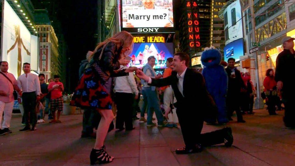 hombre arrodillado pide matrimonio
