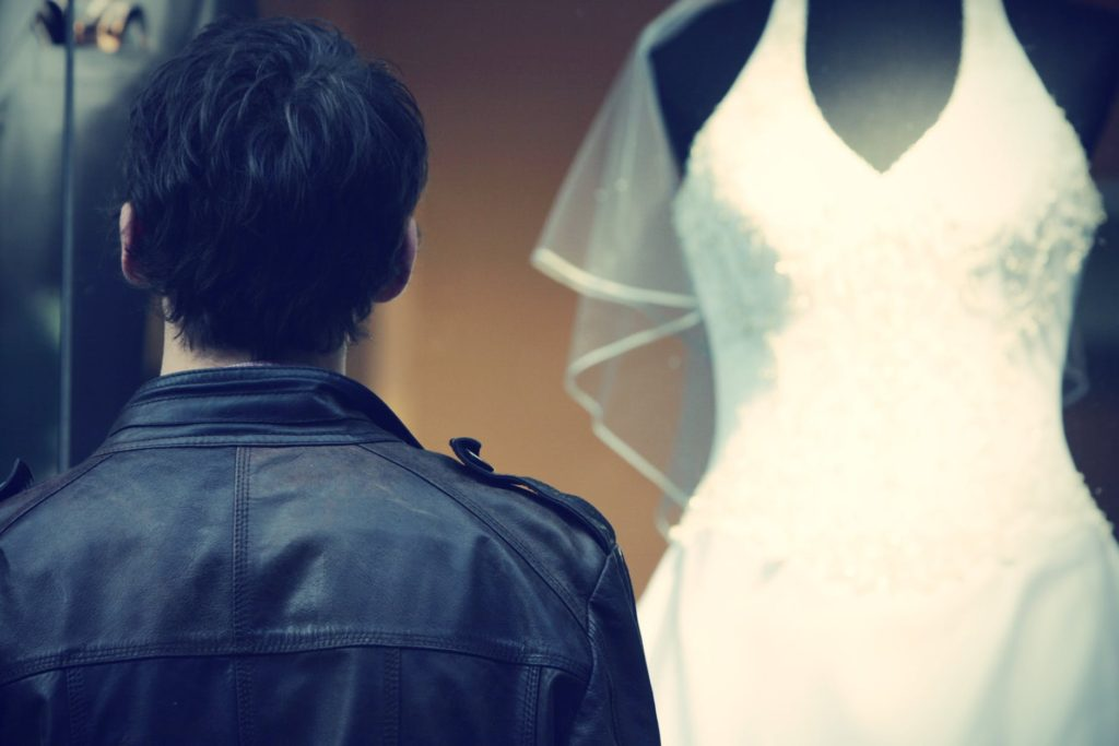 hombre observando un vestido de novia 1024x683 - Flashmob para pedir matrimonio. Una magnífica idea.