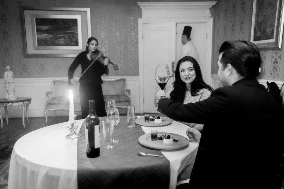 pareja en una cena romantica con musico