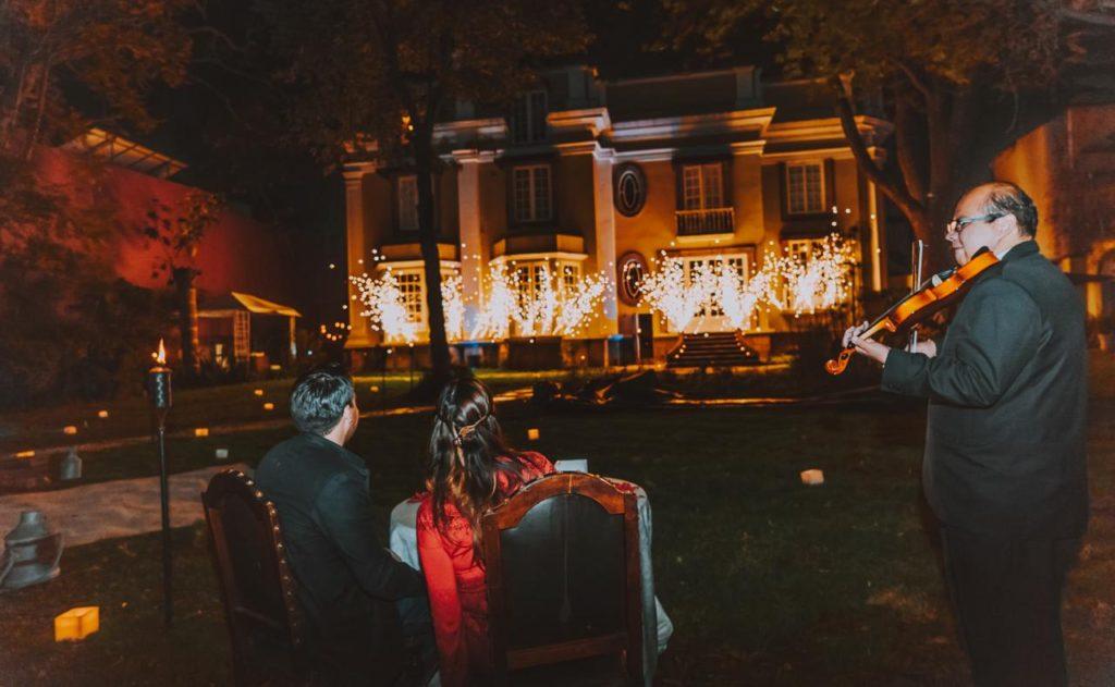 recién casados con un musico 1024x631 - Flashmob para pedir matrimonio. Una magnífica idea.