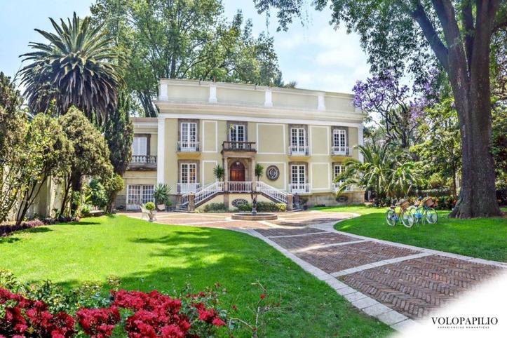 casa con jardin - Lugares románticos CDMX para conocer en pareja: La Mansión Papilio