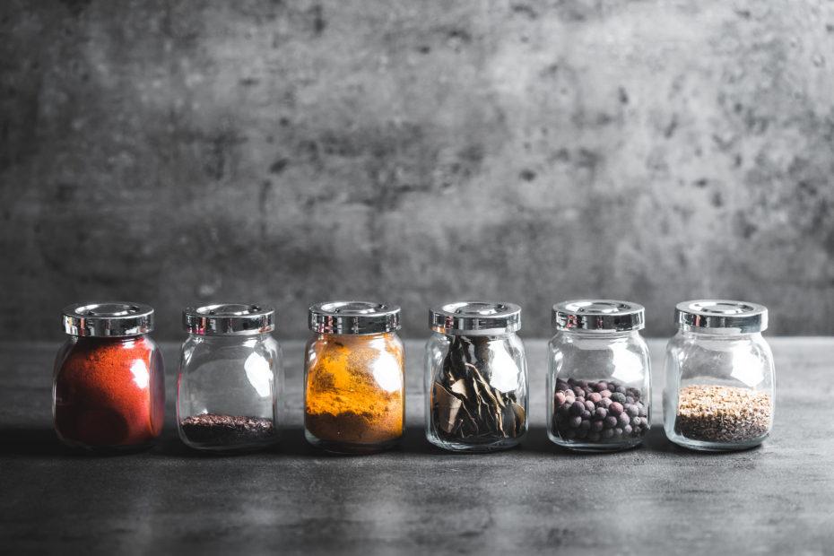 frascos de cristal con especias 930x620 - 3 Platillos mexicanos para comer en una cena romántica