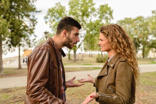 hombre y mujer discutiendo