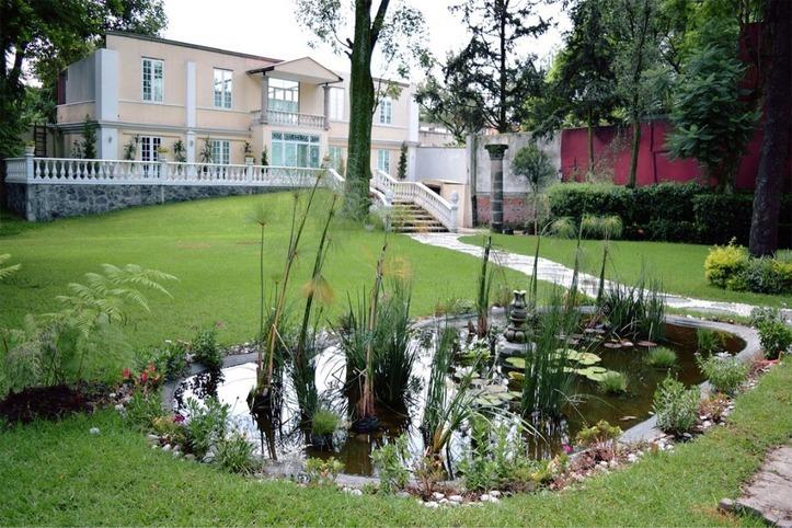 jardin con estanque - Lugares románticos CDMX para conocer en pareja: La Mansión Papilio