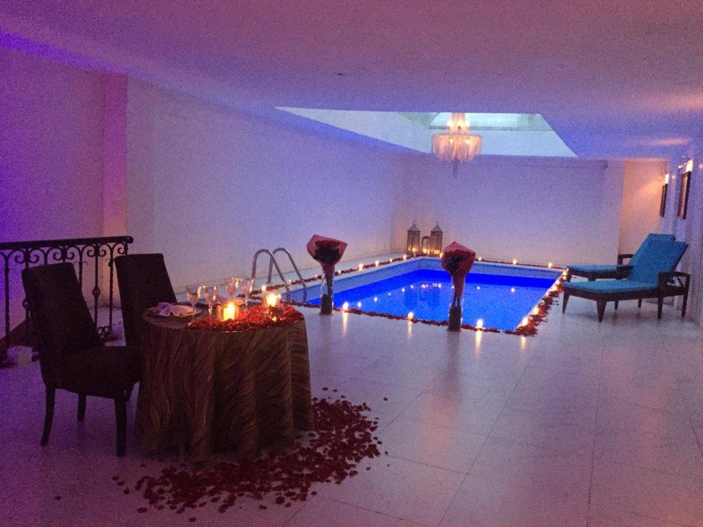 joya en cena romántica 1024x768 - Llave Papilio, la llave del amor