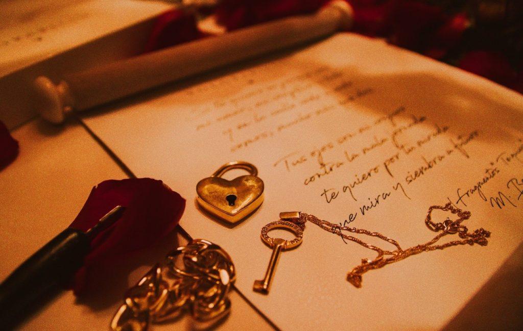joya y pergamino 1024x649 - Guía definitiva. Encuentra el mejor regalo para un aniversario de bodas
