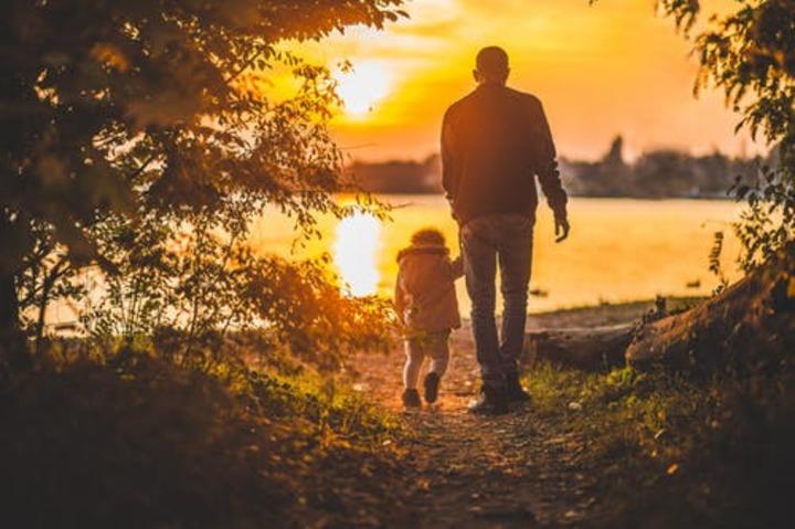 niña tomando de la mano a su papá 1 - ¿Cómo es la vida de los padres solteros?