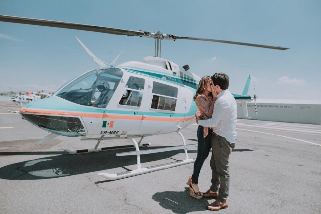 pareja besándose frente a un helicóptero 2 1024x683 - Guía definitiva. Encuentra el mejor regalo para un aniversario de bodas