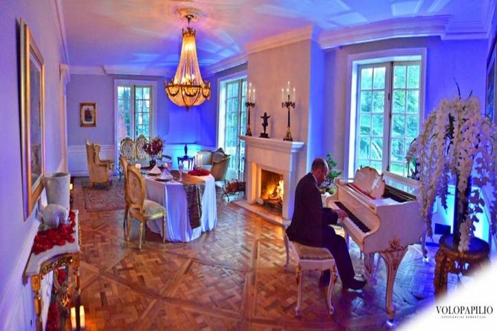 salon con chimenea - Lugares románticos CDMX para conocer en pareja: La Mansión Papilio