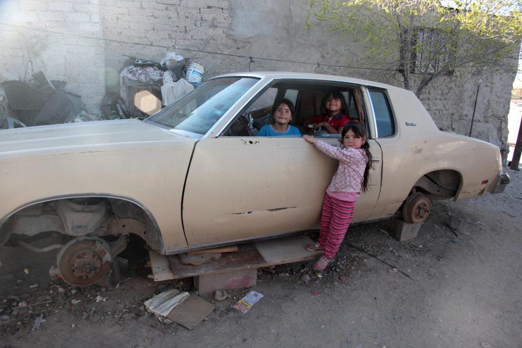 tres niñas en un coche viejo 1024x683 - La parte dulce del mundo